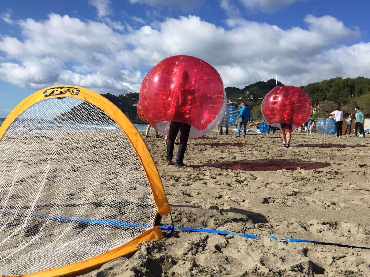 crashball football am Strand